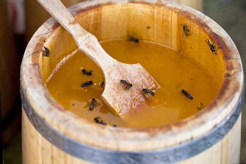 хранение меда в деревянной бочке